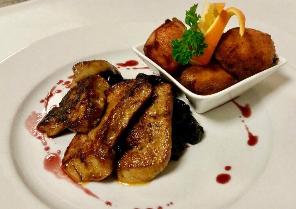 Lapon sült libamájszeletek párolt aszaltszilva-ágyon, burgonyafánkkal, cabernet-redukcióval