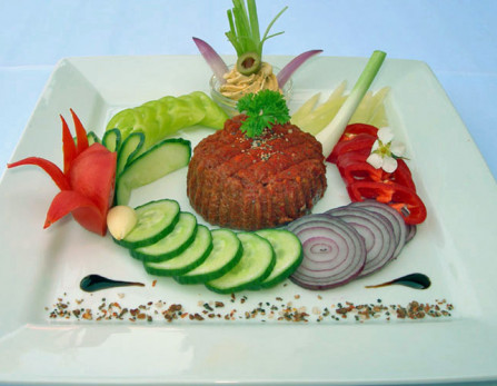 Tatár beefsteak fűszervajjal, pirítóssal, friss zöldségekkel