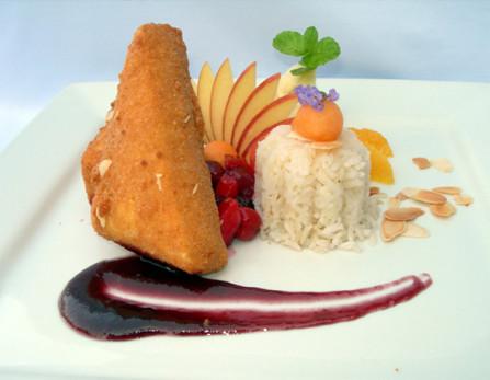 Tihanyi camembert sajt mandulás ropogós köntösben kékáfonya mártással, párolt rizzsel, gyümölcsökkel ékesítve