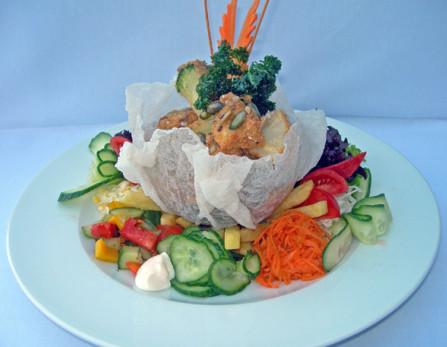 """Saláta""""özön"""" franciaöntettel, ropogós magvas köntösben sült zöldségekkel"""