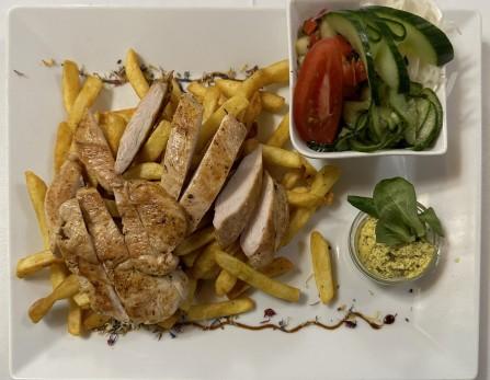 Fitness tányér sokféle salátával, sültburgonyával (grillezett jércemellszeletek fűszervajjal)