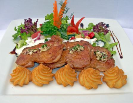 Citromfüves joghurtban marinírozott vasalt csirekecombfilé könnyű mediterrán salátafészekben hercegnőburgonyával