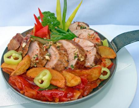 Kígyósi sistergős szűzpecsenye serpenyőben tálalva (borskéregben sütött sertés szűzpecsenye magyaros csípős lecsóban pörgetett sült burgonyával fokhagymával és különleges chilis paprikaszósszal)
