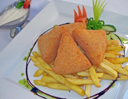 Rántott sajt párolt rizzsel, tartármártással