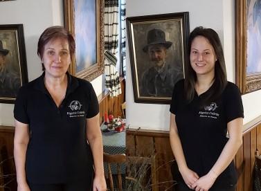 Szobalány: Csenki Pálné Szabó Julianna, és Schum Vanda felszolgáló